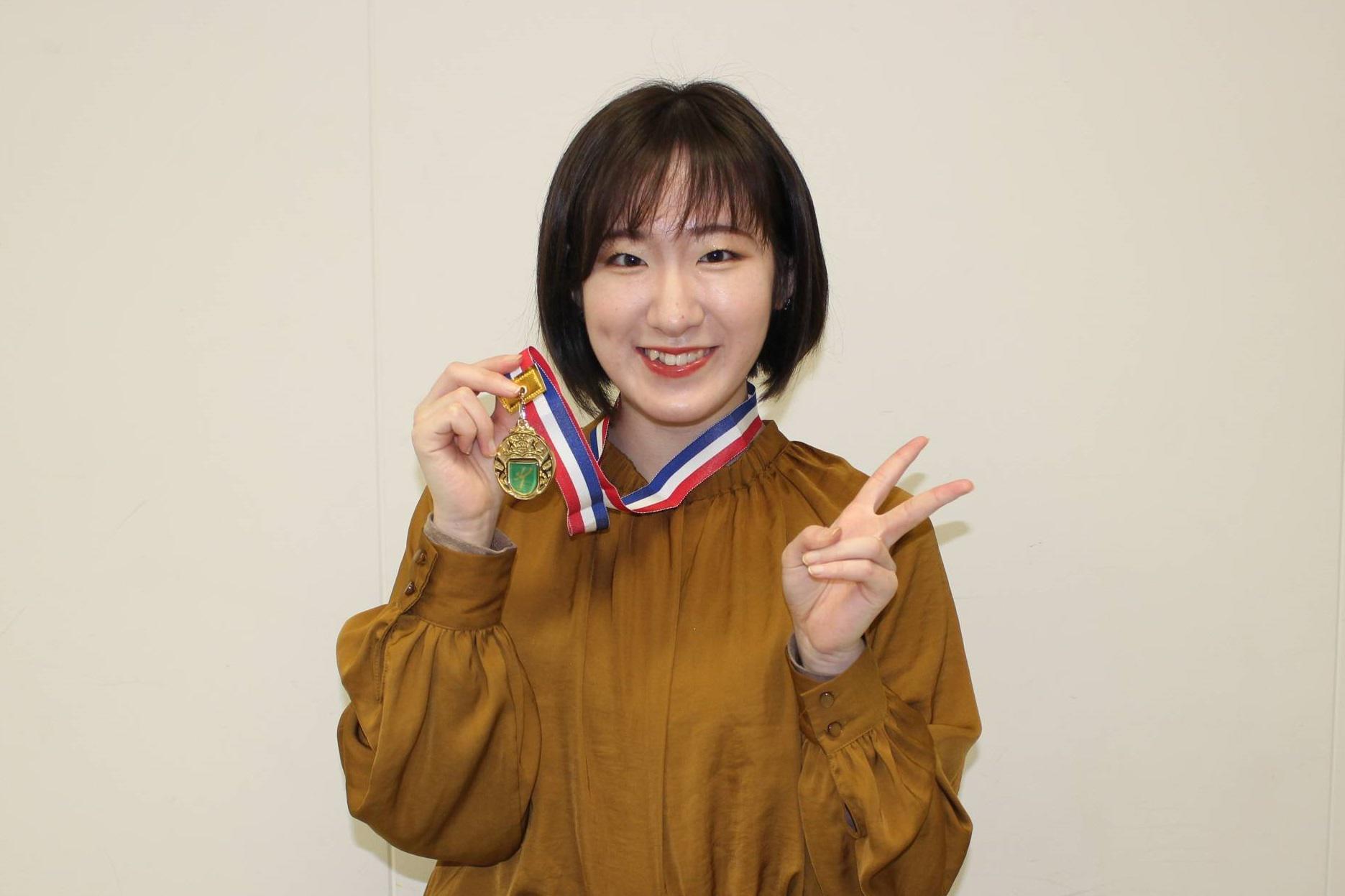 優勝した中川さん、金メダルとともに。