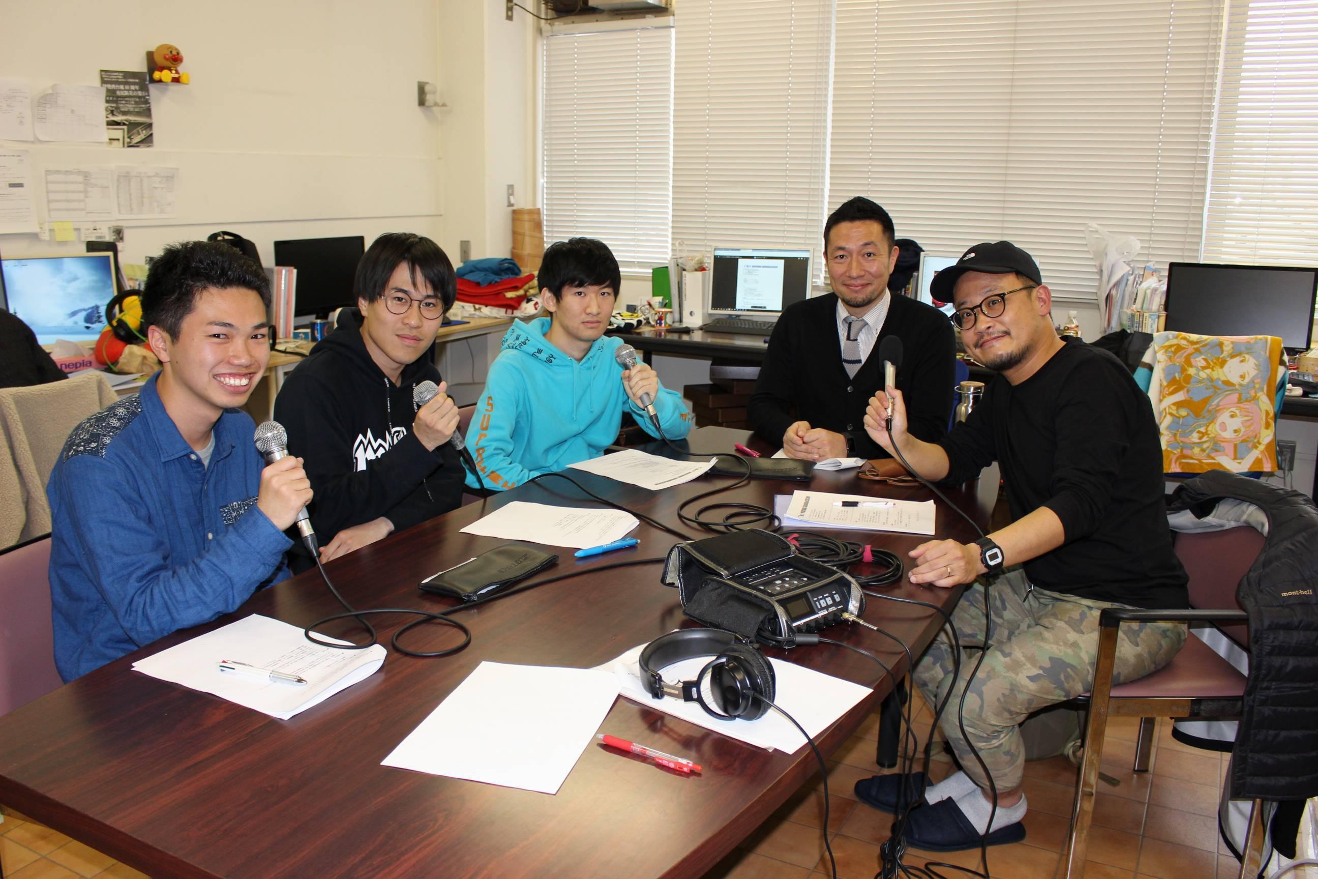 収録時の記念撮影。(左から)中村さん、広瀬さん、廣瀬さん、樋口講師、パーソナリティの平野聡さん