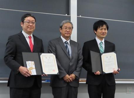 論文賞表彰式 左から、渡邊教授、星 秋夫 学会長、石井 仁 名城大学教授