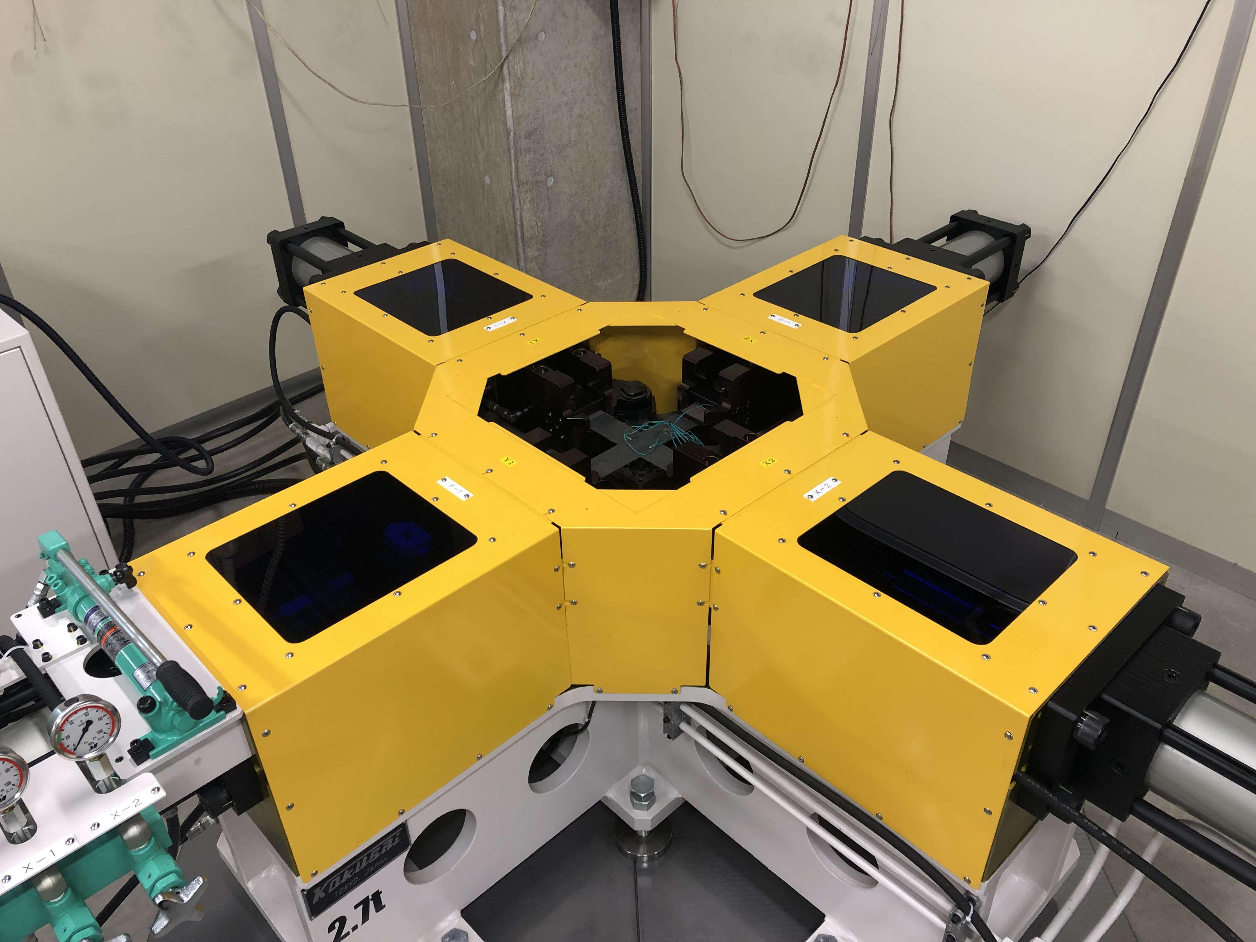 研究を行うための2軸引張試験機