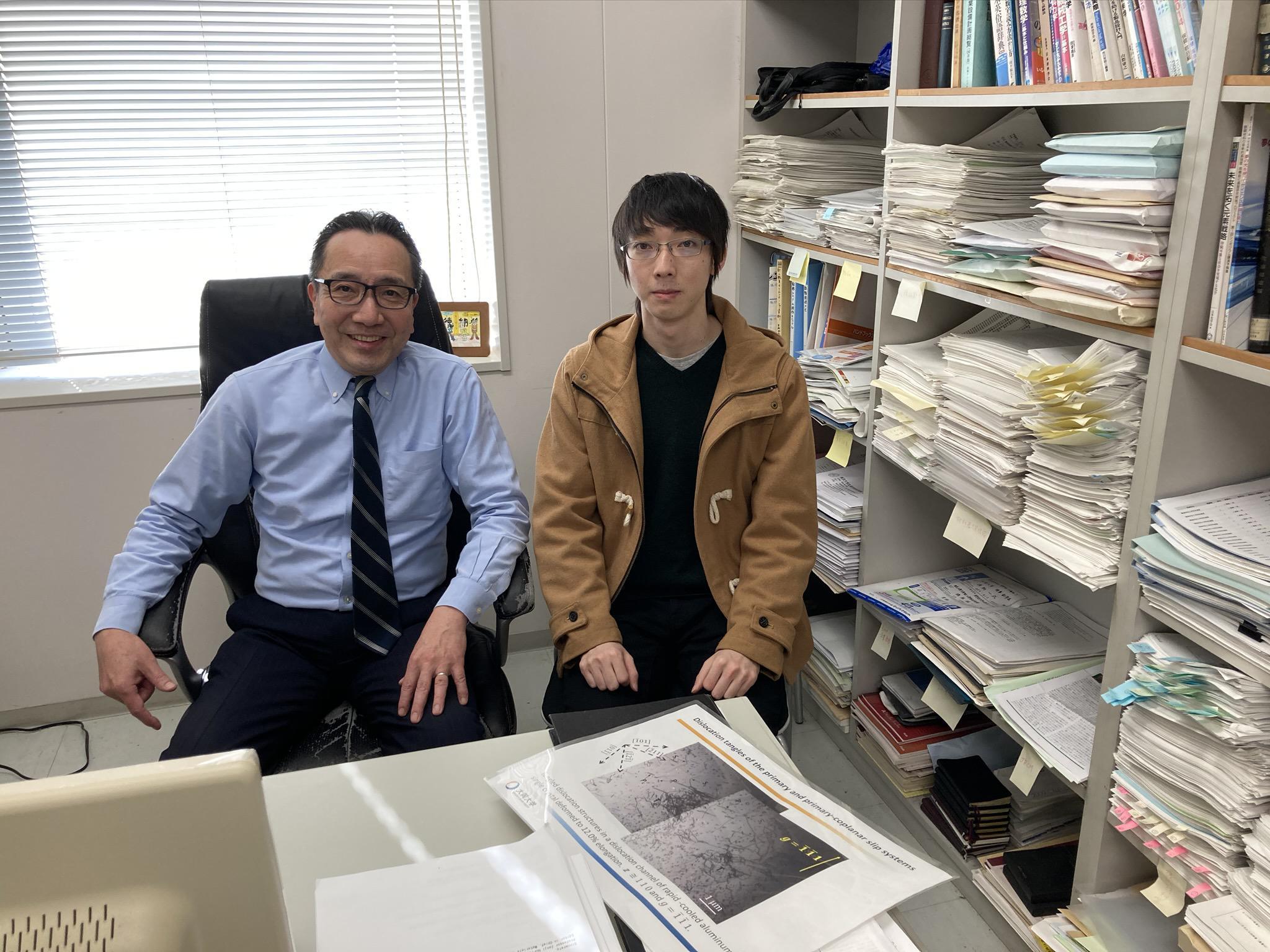 指導教員の徳納一成教授(左)と福岡稜馬さん(右)