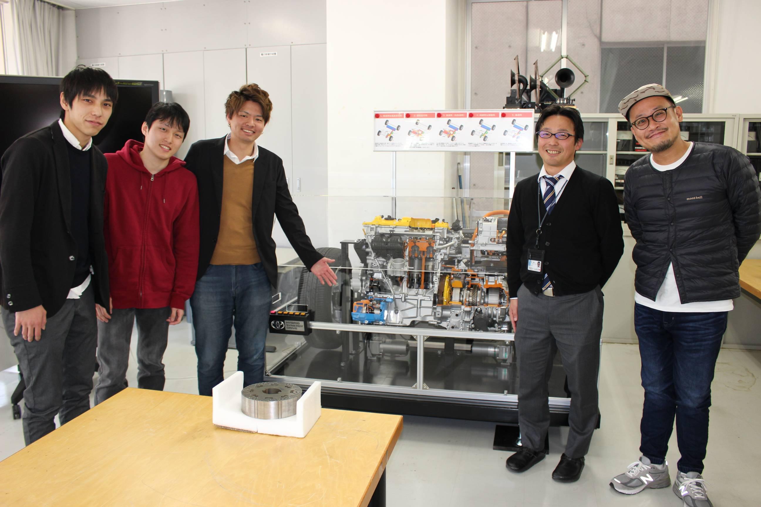 収録時の記念撮影。(左から)高橋さん、大道さん、西河さん、加納准教授、パーソナリティの平野聡さん