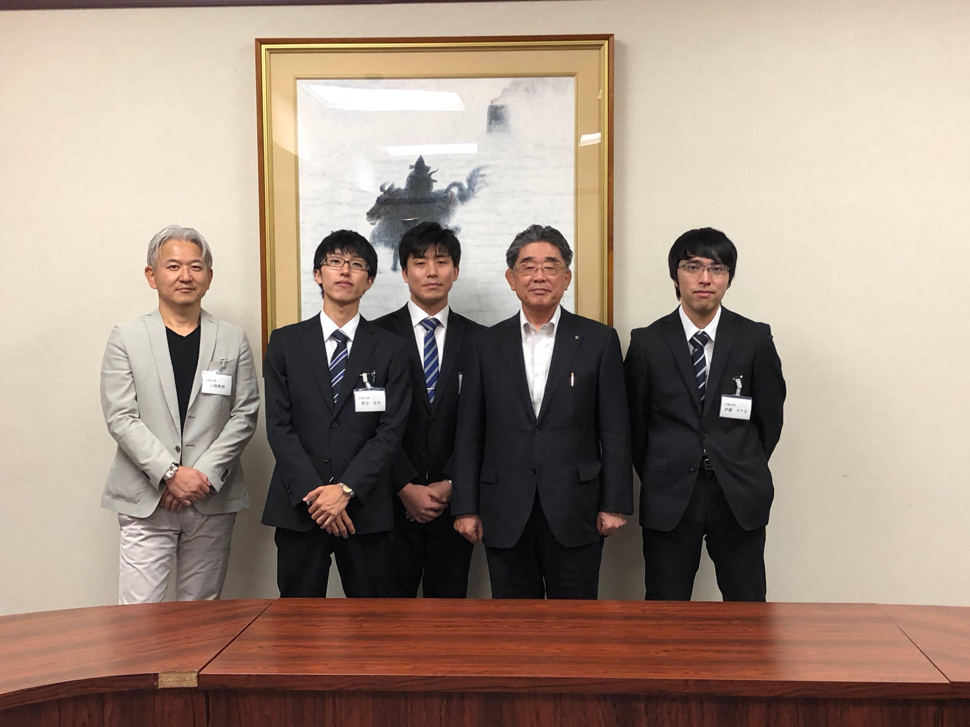 森岡仙太副知事を囲んで(右から、伊藤さん、森岡副知事、田中さん、菅谷さん、上岡教授)