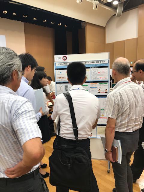 近藤早紀さんが、ポスターにて研究発表をしている様子